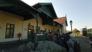 Mezőhegyes állomásépülete és működő korhű motorvonatok a bejáratnál.